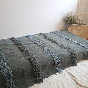 couverture traditionnelle berbère marocaine brodée de sequins