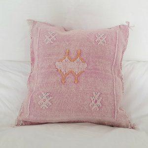 Coussin berbère Marocain rose pastel fait main en fibres végétales ou soie de cactus dite Sabra