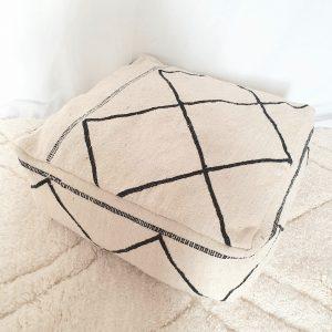 Pouf Kilim noir et blanc en pure laine réalisé à la main au Maroc