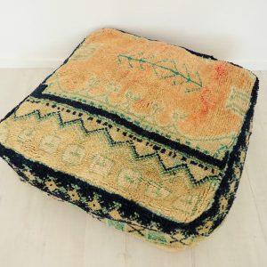 Pouf berbère fait main à partir d'un tapis ancien en pure laine venant du Maroc