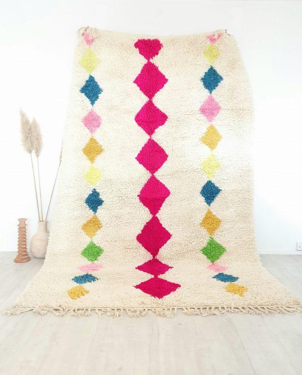 Tapis berbère Marocain 100% pure laine fait à la main blanc cassé avec motifs fluo