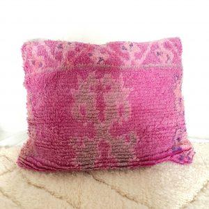 Coussin berbère réalisé à a main au Maroc à partir d'un tapis Boujaad vintage