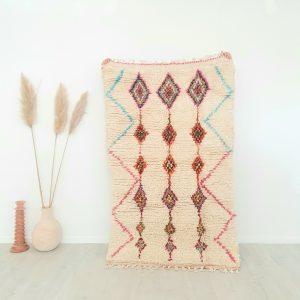 Tapis Berbère Marocain blanc cassé avec motifs colorés fait main en pure laine