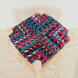Tabouret berbere traditionnel en bois et assise en tissus multiclore