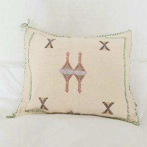 Coussin berbere Marocain fait main en fibre végétale ou soie de cactus dite Sabra