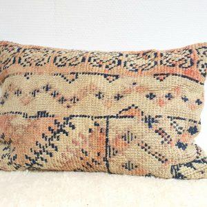 Coussin berbère fait main au Maroc à partir d'un tapis ancien