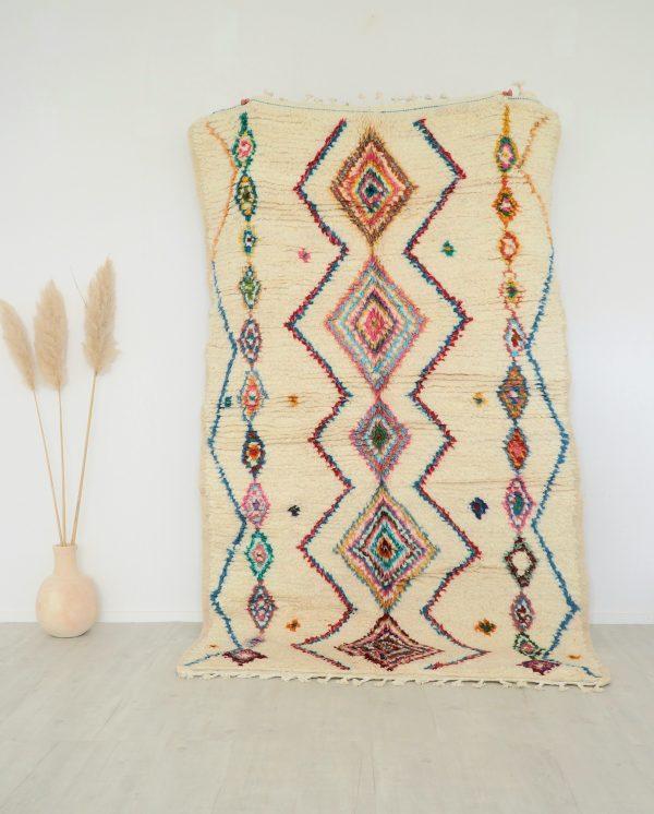 Tapis Berbère fait main au Maroc en laine blanc cassé avec motifs multicolores