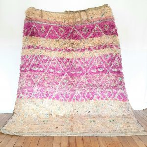 Tapis berbère fait main en pure laine aux couleurs rose et nude avec une touche de vert