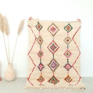 Tapis Berbère Marocain blanc cassé avec motifs colorés fait main 100% pure laine de mouton