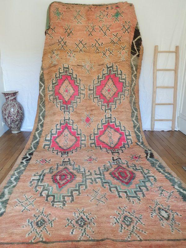 Tapis berbère rose ancien fait main au Maroc