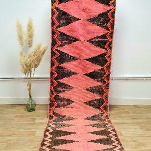 Tapis berbere Marocain vintage en pure laine aux teintes rouge et rose délavées