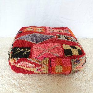 Pouf berbère marocain fait maon à partir d'un tapis vintage