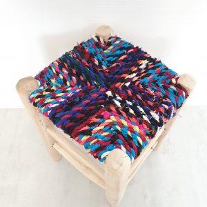 Tabouret artisanam Marocain traditionnel en bois et chutes de tissus multicolores