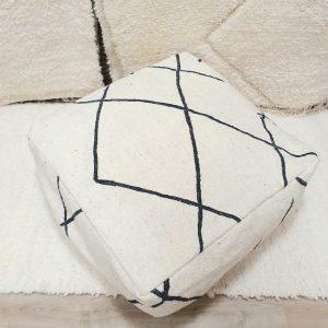 Pour berbere Marocain fait main à partir d'un tapis kilim en pure laine, écru et motifs noirs