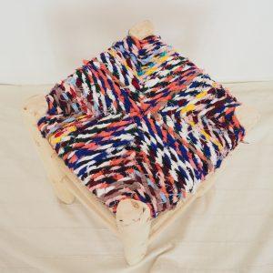 Tabouret traditionnel fait main au Maroc avec assise multicolore en tissus