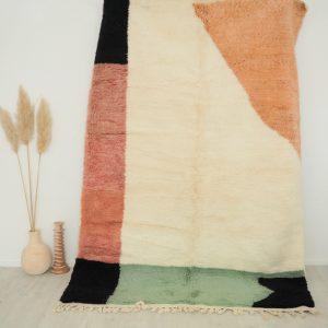 Tapis berbere 100% pure laine réalisé à la main au Maroc, écru avec motifs graphiques colorés
