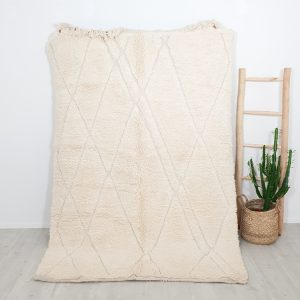 Tapis berbère écru en pure laine aux motifs irréguliers et en relief