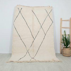 Tapis berbère en pure laine blanc cassé avec motifs graphiques noirs