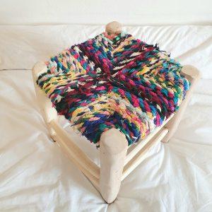 Tabouret berbere Marocain artisanal en bois et chutes de tissus colorés