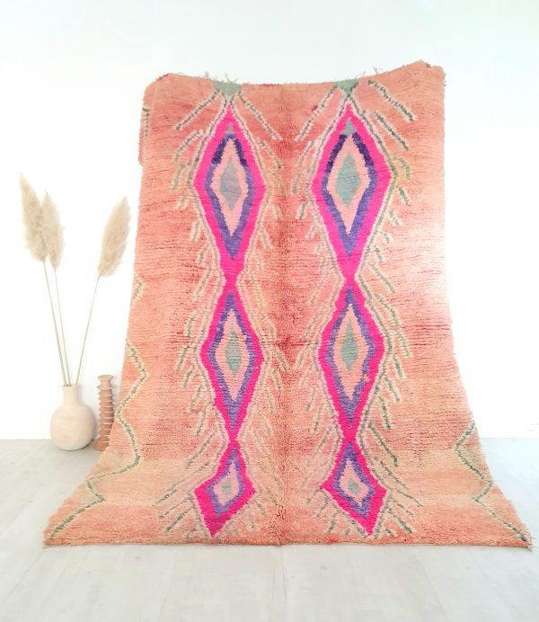 Tapis vintage aux tons roses et motifs en pure laine
