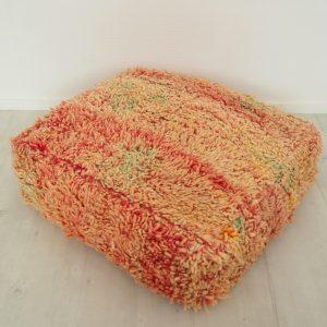 Pouf berbère Marocain en pure laine fait à partir d'un tapis vintage rose et vert