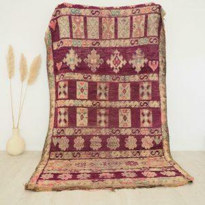 Tapis Berbère Marocain vintage aux tons violets et mauves avec motifs