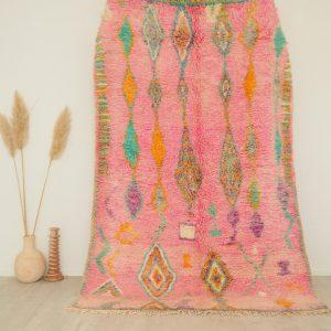 Tapis Marocain vintage fait main dominante rose pastel et motifs berbères colorés
