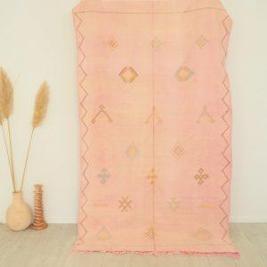 Tapis Marocain en soie de cactus rose pastel avec motifs berbères fait main